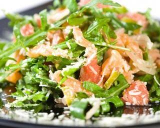 Salade Croq'Kilos de roquette, endives, saumon et pamplemousse rose : http://www.fourchette-et-bikini.fr/recettes/recettes-minceur/salade-croqkilos-de-roquette-endives-saumon-et-pamplemousse-rose.html