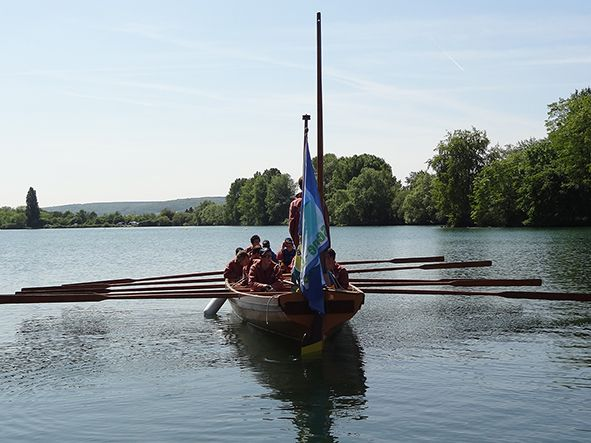 Une yole sur le lac du Mesnil à Poses