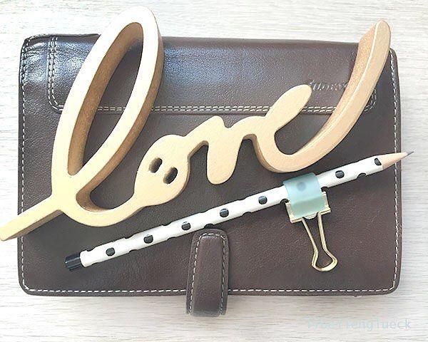 Einen schönen Sonntag euch allen. Das Wetter ist ja heute so semi-gut. Da kann man sich ja ruhigen Gewissens an den Schreibtisch verziehen und Basteln. Auf meinem Blog habe ich ein kleines DIY zu der Stiftschlaufe auf dem Bild. (Link in Bio). Vielleicht habt ihr ja Lust sie nachzubasteln. Viel Spaß beim Kreativ sein.  #love #pencil #penholder #stifthalter #plannergirl #planner #diy #libellenglueck #binderclip #foldbackclip #filofaxholborn #filofax by libellenglueck