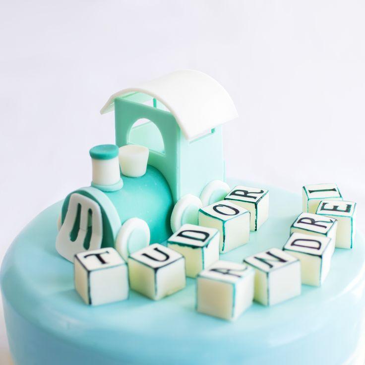 O putem numi locomotiva vietii, decorul potrivit pentru tortul de botez, in nuante de turquoise pastelat si personalizat cu ajutorul cuburilor pe care scriem numele bebelusului tau. Pret: 350 ron (3.5 kg).