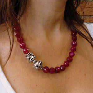 Collar de declaración grande jade rosa fucsia con plata alambre granos plateados.
