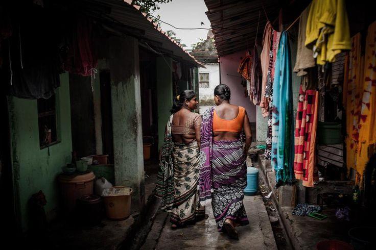 Um lugar chamado lar.  Kolkata, Índia. Rohima Begum (à esquerda), 30 anos, anda fora de seu bordel com sua amiga de trabalho em Kalighat, segundo maior distrito da luz vermelha de Calcutá. Dez anos atrás, ela foi atraída para a cidade com a promessa de encontrar trabalho como empregada doméstica, mas foi obrigada a trabalhar como profissional do sexo.  Fotografia: Karen Dias / Al Jazeera.