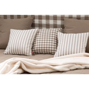 Pillows with checkered. #dekoriapl #checkered #bedroom #bedding #interior #furniture #classic #beige #brown #wood #elegante #bedtime #pillows