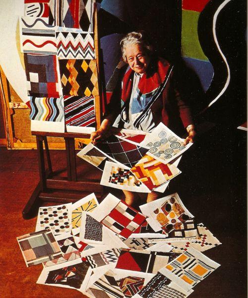Sonia Delaunay (1885-1979) Nacida en Ucrania, se traslada a París en 1905 y se casa con Robert Delaunay en 1910, colaborando con él en el desarrollo del Orfismo y realizando un tipo de pintura pura y abstracta donde el color es a la vez forma y tema.