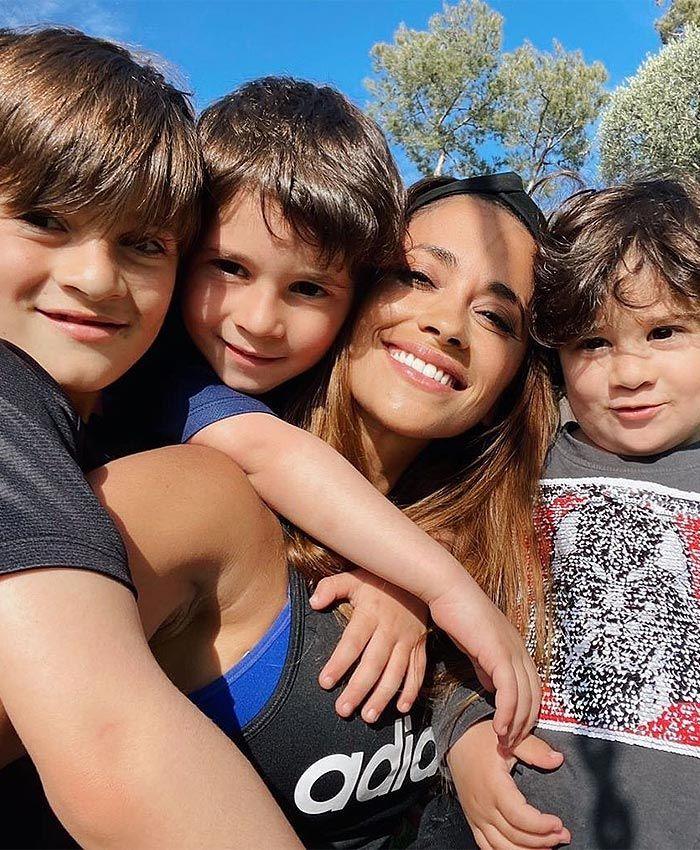 Con Ellos Hasta El Fin Del Mundo Antonela Rocuzo Posa Feliz Con Sus Tres Mini Messi Messi Y Su Familia Fotos De Messi Lionel Messi