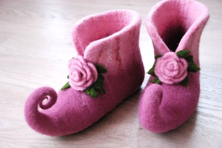 Fairy shoes felted home slippers in pink color with roses can be made in custom colors HANDMADE TO ORDER par zavesfelt sur Etsy https://www.etsy.com/fr/listing/99538578/fairy-shoes-felted-home-slippers-in-pink