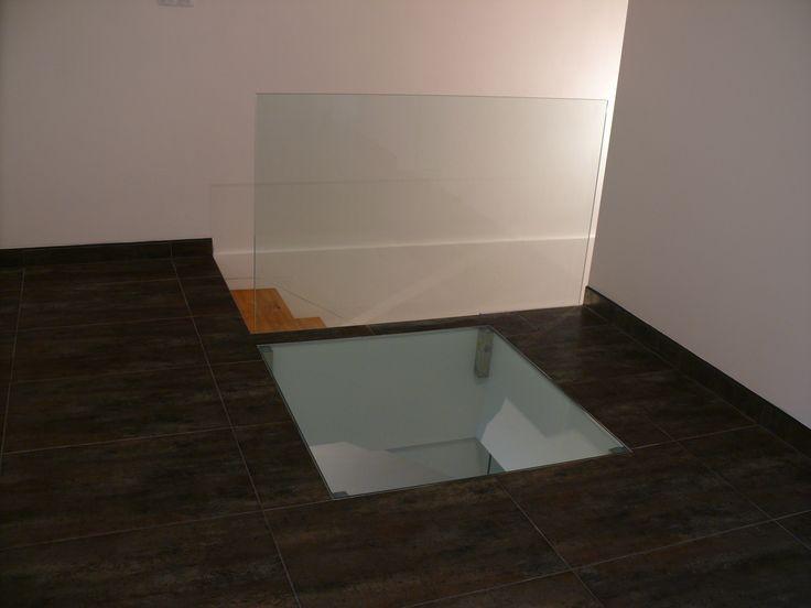 Skleněné zábradlí v kombinaci s pochozím sklem.