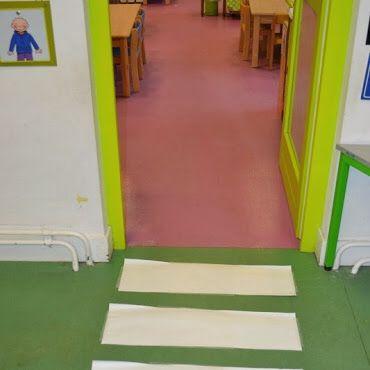 Peuters thema verkeer: zebrapad aan de klasdeur, aan de kapstokken, aan de jasjes,...en overal correct oversteken! Www.jufanneleen.com