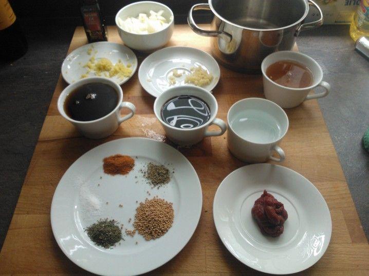 Inzwischen die Marinade zubereiten: Öl, Zwiebel, Ingwer, Knoblauch, Ahornsirup, Sojysauce, Sesamöl, Wasser, Apfelessig, Cayennepfeffer, Pfeffer, Senf, Thymian, Tomatenmark