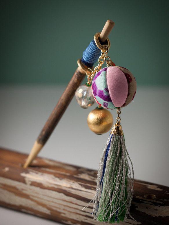 【束ねた髪に通す、遊び心☆】O11-2桑の木の小枝に、鞠が久寿玉の様にゆらゆら揺れる、愛らしい簪が出来ました。ところどころに使われている和の赤色は、パッと目を...|ハンドメイド、手作り、手仕事品の通販・販売・購入ならCreema。
