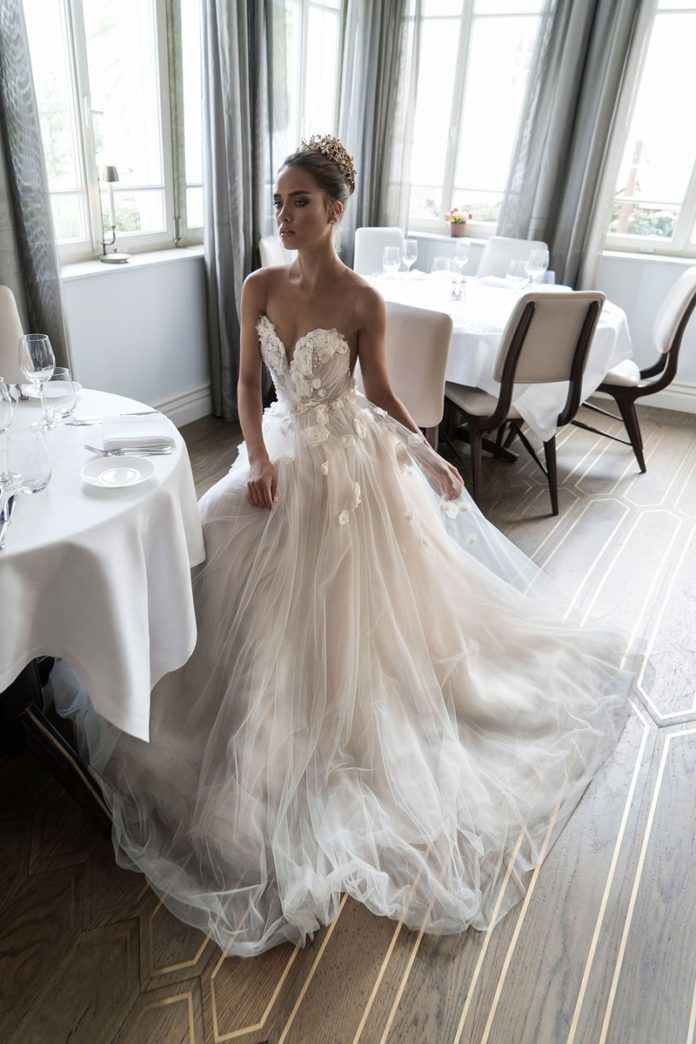 В столь торжественный для себя день каждая невеста мечтает надеть безупречное платье. Сегодня наша редакция поделится с любимыми читательницами фотографиями платьев именитых дизайнеров, которые будут формировать тенденции свадебной моды в 2017 году. Надеемся, что эти простые рекомендации помогут тебе выбрать изумительный свадебный наряд. Свадебные платья 2017 года Пышный подол остается в моде, а ажурные элементы