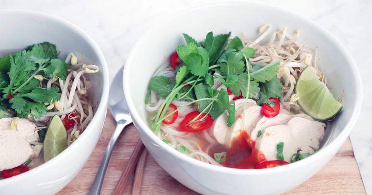 Fräsch och smakrik kycklingsoppa från det vietnamesiska köket med nudlar, salladslök och koriander.