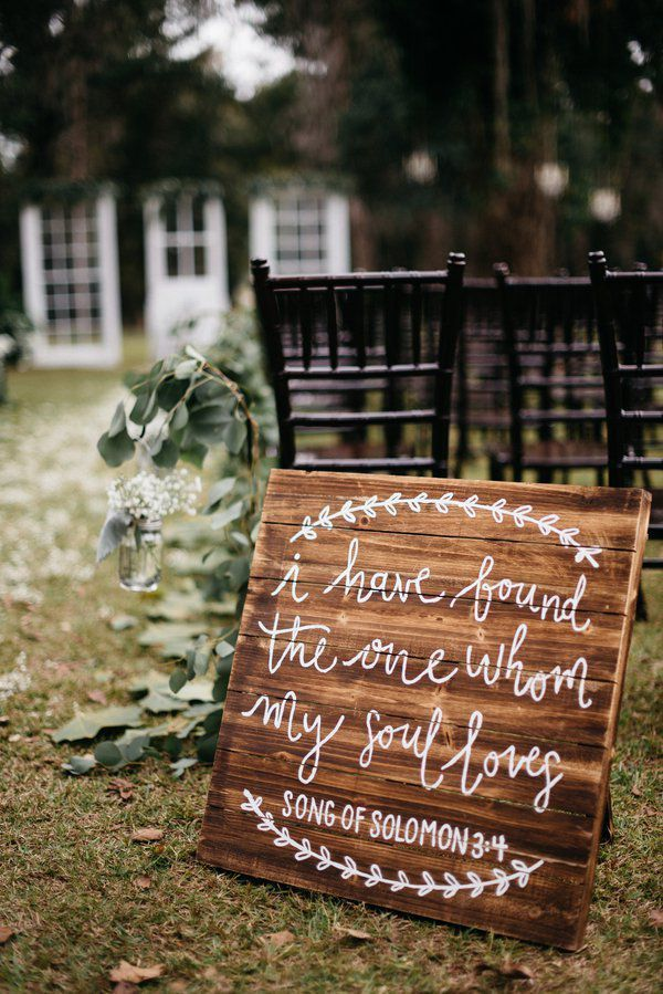 This beautiful southern wedding took place at the rustic South Carolina wedding venue, Duncannon Plantation and features a lovely blend of southern charm and ru
