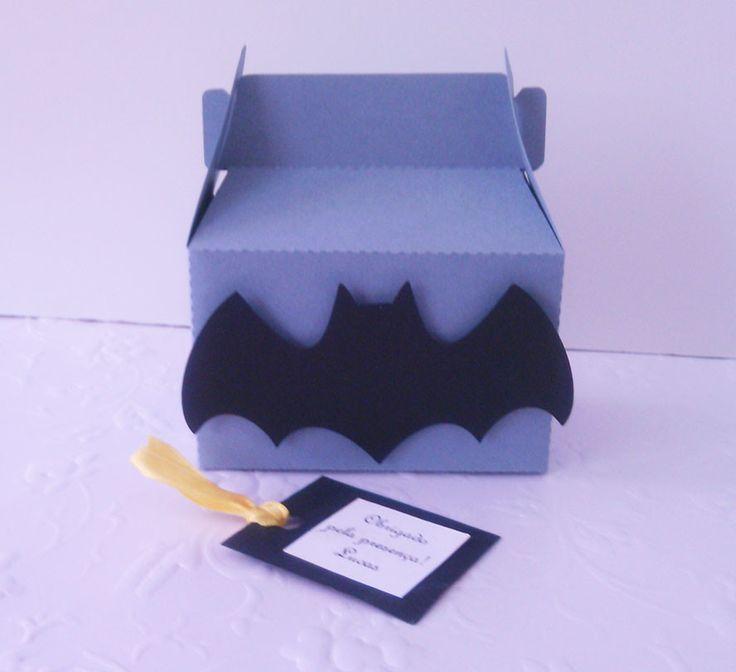 As caixinhas Batman são uma ótima opção como lembrancinhas, para decorar a mesa do bolo ou de guloseimas. <br>Podem ser recheadas com balas, pirulitos, língua de sogra, bonequinhos, presilhas e pulseiras! <br> <br>As caixinhas são enviadas vazias!