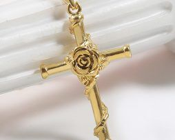 Elegantný prívesok v tvare kríža s ružou v zlatom prevedení,
