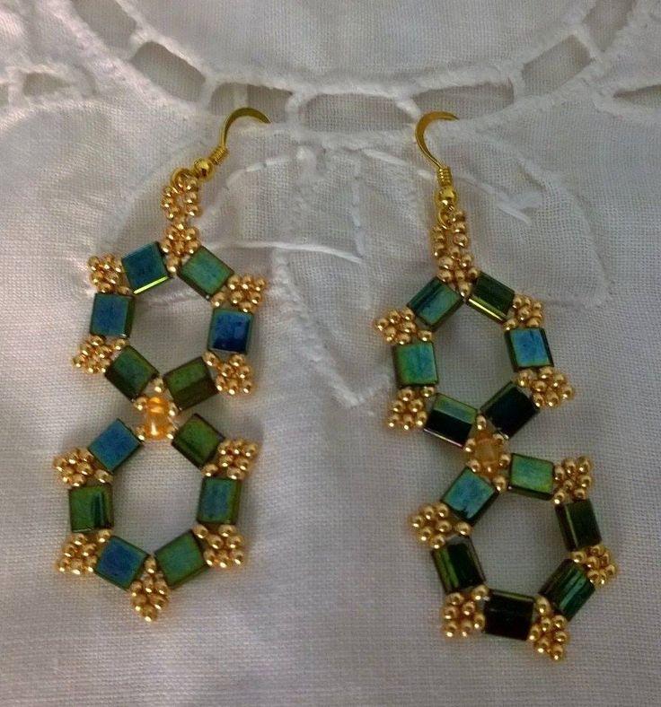 Orecchini realizzati con la tecnica della tessitura delle perline. Nei toni dell'oro e del turchese con Tila e conteria di Boemia. Gancio dorato in argento 925.