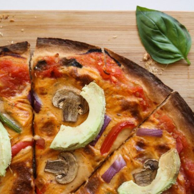 Easy Cheesy Vegan Pizza The Perfect Vegan Pizza Complete With A Crispy Base And Mouthwatering Melting Cheese Pi Vegan Pizza Recipe Vegan Pizza Finding Vegan