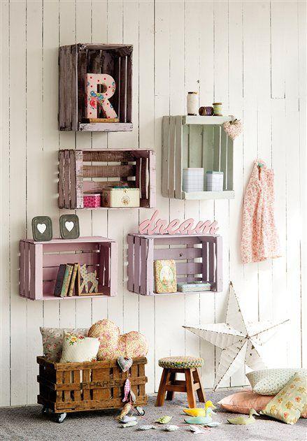 Schön und einfach: Obstkisten aus Holz in verschiedenen Farben streichen und an die Wand hängen.