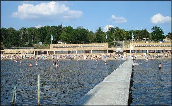 Das Strandbad Wannsee, eines der größten Freibäder an einem Binnengewässer Europas, befindet sich am Ostufer des Großen Wannsees, eines Havel-Ausläufers in Berlin.