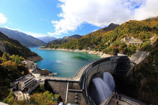 黒部アルペンルートを楽しむには欠かせない、日本を代表するダムです。6月下旬〜10月中旬頃には観光放水としてダムの放水を見ることが出来ます。また、レストハウスでは大町市のご当地グルメである「黒部ダムカレー」などもいただくことが出来ます。ダムの高さは、日本一で186メートルあります。