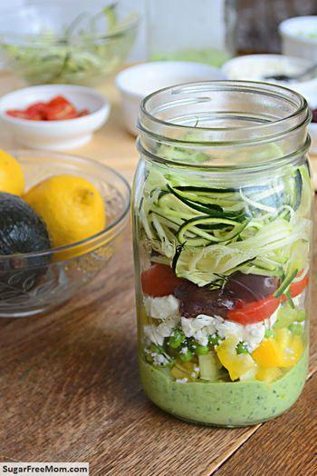 このコツを守って詰めたサラダがこちら。 アボカドソースが一番下に。 それからパプリカやカッテージチーズ、トマトなど。 一番上に細くスライスしたキュウリを。  葉物野菜や水分量の多い野菜を上にするのがポイント! 重さで野菜がしんなりしたり、水分の吸い過ぎを防ぐことができます。