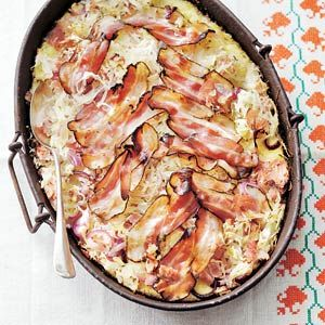 Recipe for sauerkraut-ovendish with ham and bacon. Instead of ham I used smoked sausage (rookworst) and homemade mashed potatoes. It's a dish that I will make more often!