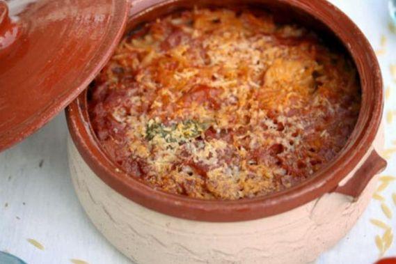 Γκιουβέτσι+με+χοιρινό,+κανέλα+και+λιαστή+ντομάτα