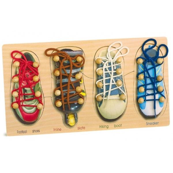 """Om op een leuke speelse manier te leren strikken en om te gaan met schoenveters.   Deze set bestaat uit bord met vier verschillende soorten """"schoenen"""" voorzien van veters."""