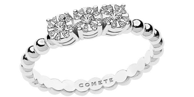 Oro bianco, giallo, e pietre preziose per i nuovi pezzi di Comete gioielli che vanno ad arricchire la collezione Sogni. Anelli a tre fasce e ciondoli.http://www.sfilate.it/209338/i-sogni-comete-gioielli-hanno-sempre-piu-appeal