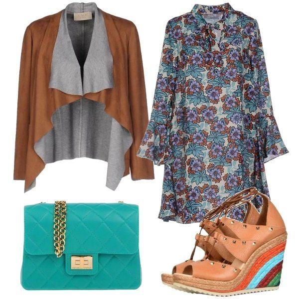 Outfit composto da abito comodo a fantasia floreale, giacca con collo a scialle a sandalo con zeppa colorata. Completa il look la tracollina con chiusura a calamita.