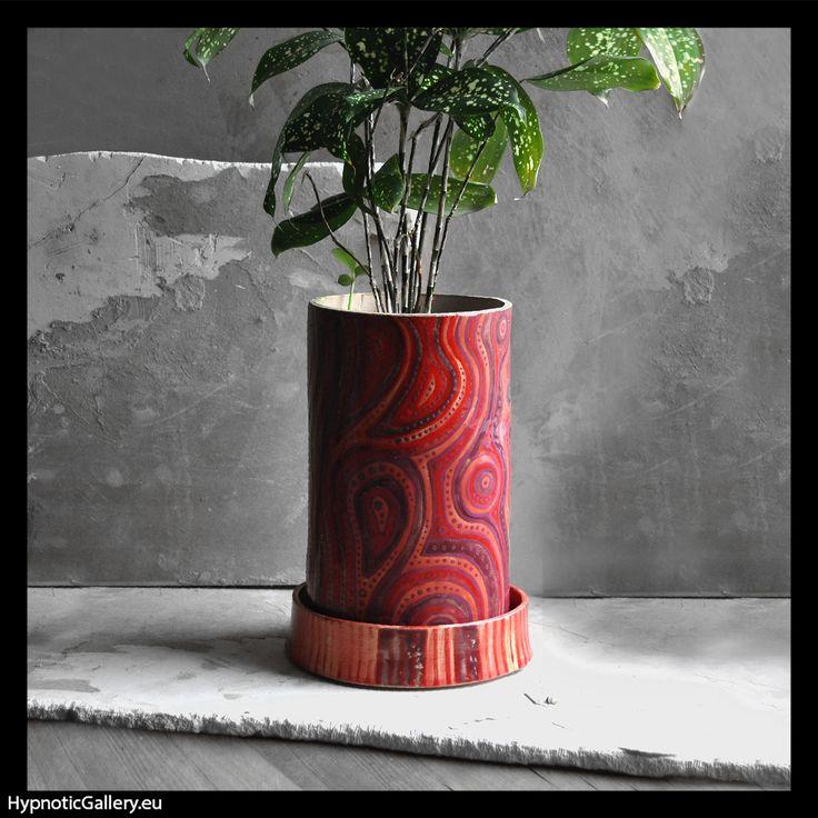 Cylindrical flowerpot with biological irregular linear pattern. Cylindryczna doniczka z biologicznym nieregularnym linearnym wzorem.