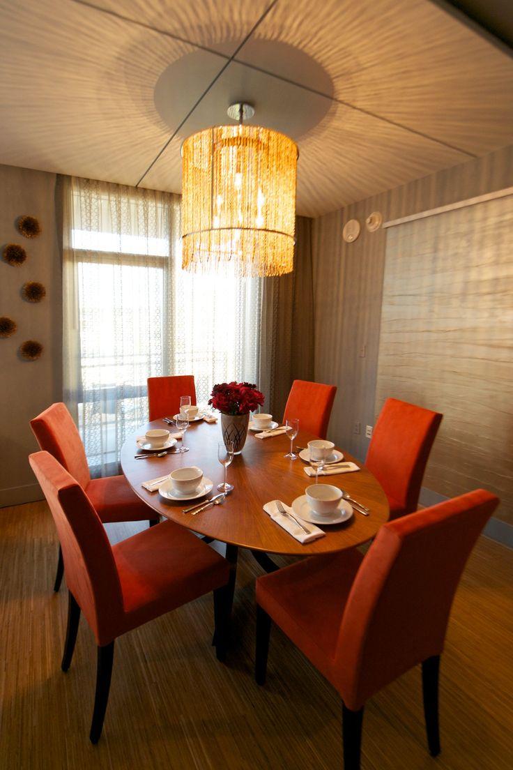 Яркие стулья в столовой зоне и массивная люстра смотрятся потрясающе!