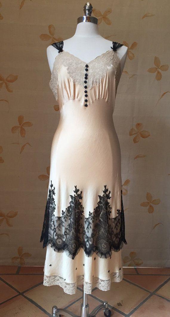 Dieses cremige 1920er Jahre Seiden Slip-Kleid mit schwarzem ziert wurden antike französische Chantilly Lace Rand Ausschneiden und gefilz auf das