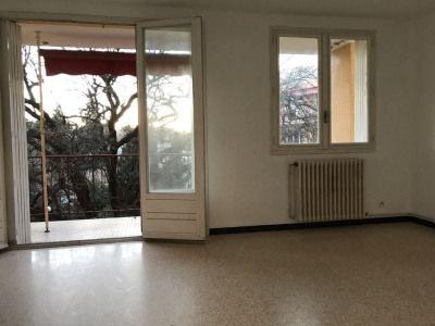MONTPELLIER CELLENEUVE, appartement T4 traversant de 80m² habitables, au 3ème étage sur 4, comprenant entrée, séjour, cuisine séparée aménagée, 3 chambres, salle d'eau et WC séparé. Un stationnement privatif en intérieur de copropriété et une cave.. Chauffage individuel au gaz + climatisation réversible.. Appartement disponible immédiatement !. Loyer = 839euros/mois CC. Dépôt de garantie = 739euros. Honoraires de location = 640euros (état des lieux d'entrée inclus)...
