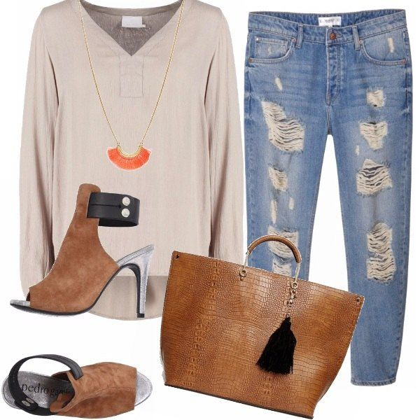 I jeans used che hai portato con gli stivaletti durante linverno, ora ben si abbinano ai sandali moderni e minimal, alla casacca color corda. La borsa stampa cocco e la collana un po hippie completano loutfit.