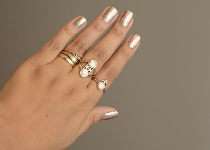 Esmalte dourado Carruagem  Dailus para uma festa de casamento. Madrinha, noiva e convidadas vão arrasar! Anéis perfeitos combinando. Anel do dedo médio perfeito.
