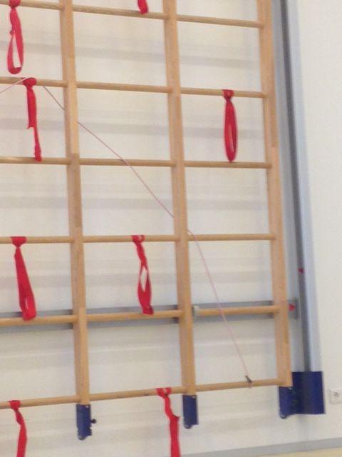 Route door wandrek maken met toversnoer. Opdracht: volg het touw door het wandrek, ook als het touw door het wandrek gaat.