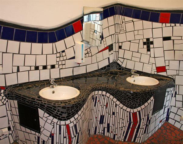 Kunst-WC im Hundertwasser-Bahnhof Uelzen
