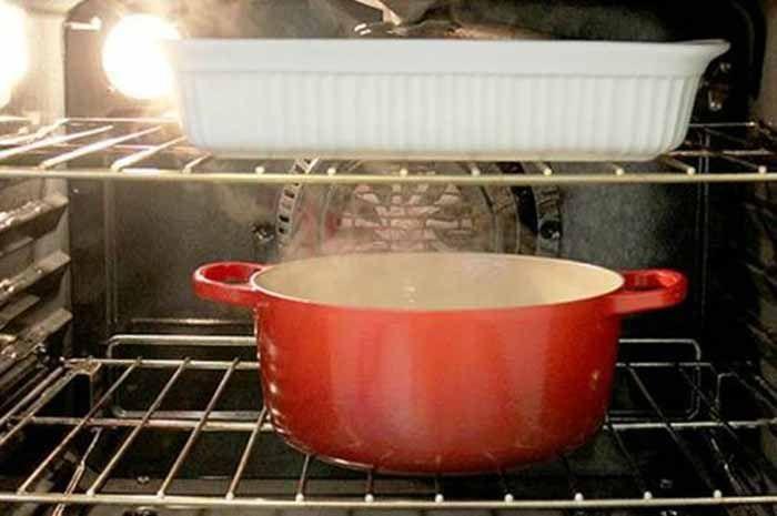 Говорят, что кухонная плита — это лицо хозяйки. Если плита чистая, значит хозяйка чистоплотная. Тоже самое можно сказать и про духовку. А для того, чтобы вам не пришлось краснеть перед гостями, сегодня мы займемся очисткой духовки своими руками. Чистим стекло духовки Итак, пошагово: берем обычный разрыхлитель для теста; разбавляем его горячей водой до состояния сметаны; …