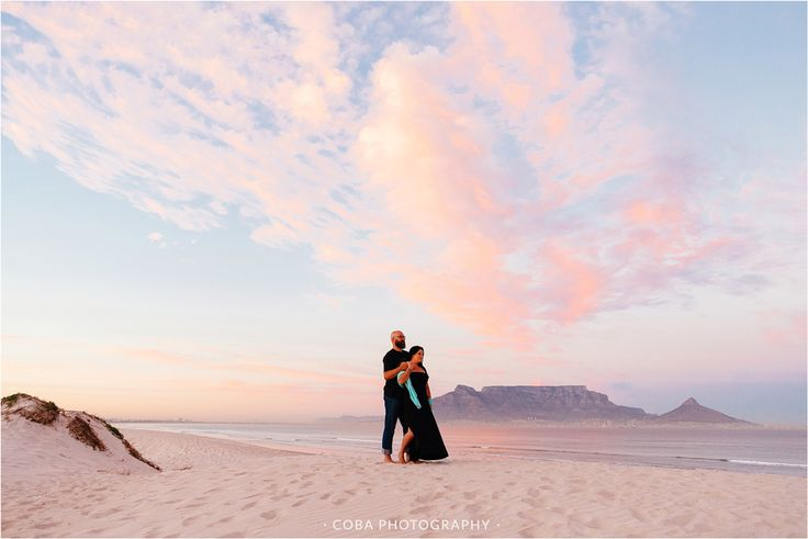 Sunrise Couple shoot. Engagement shoot on beach. Engagement shoot photo ideas. Cape Town photographer. Blouberg Beach Engagement