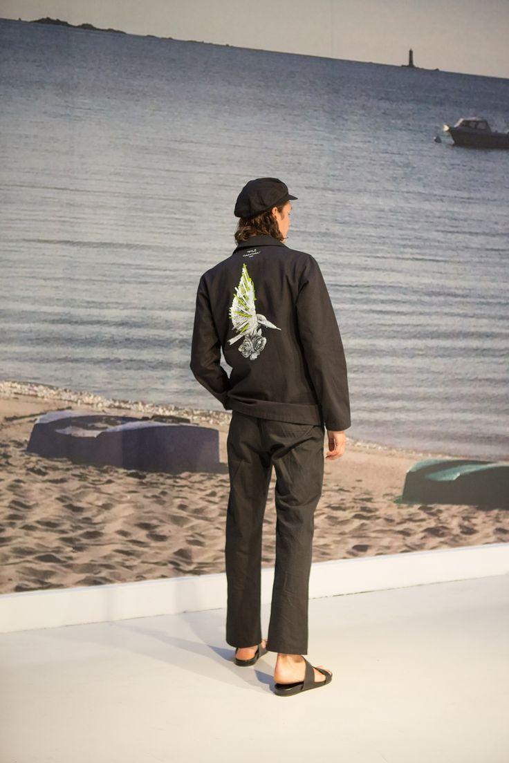 veste de travail en toile de coton noir sérigraphie dos artiste © Ludo tee-shirt en coton rayures 12x12 blanc et noir pantalon large en lin et coton noir
