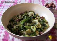 Scarola in padella con olive e capperi (ricetta napoletana). Ricetta della scarola saltata in padella e insaporita con acciughe, olive e capperi