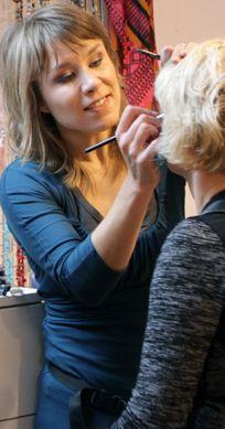 """godin Mirella Magielsen maakt jouw schoonheid zichtbaar: """"Ik word er blij van om mensen het mooie en unieke aan zichzelf te laten (her)ontdekken en het accent te leggen op wie ze zijn. Dit doe ik met enorm veel passie voor kleur en visagie. Mijn nieuwsgierige aard en oog voor detail komen daarbij goed van pas."""""""