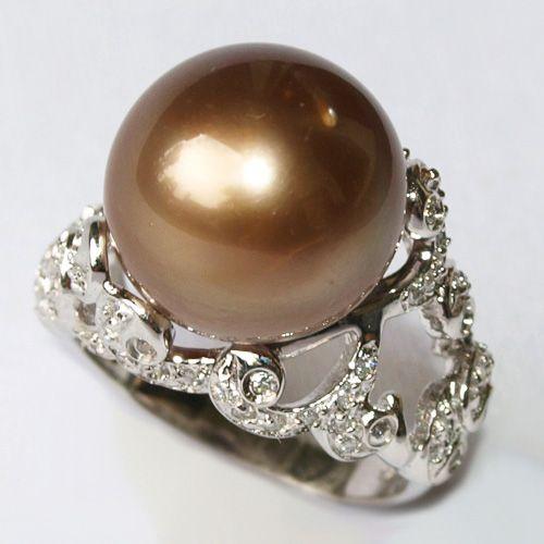 めずらしい色合い、モカブラウンのタヒチ黒蝶真珠のリング。13.8mmと大粒で、テリテリの真珠です。 リングのデザインも、とてもゴージャス!