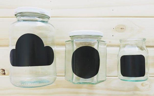 potes com etiquetas tipo lousa feitas com papel contact preto fosco