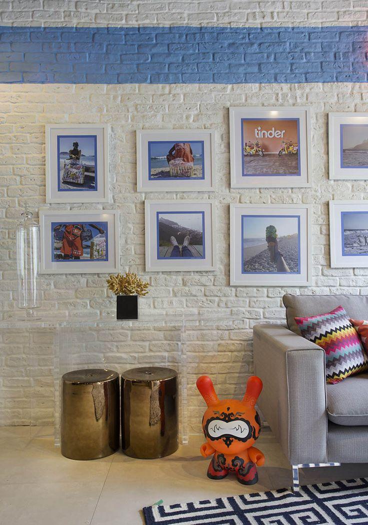 33. APARTAMENTO CARIOCA - A dupla elegeu as 12 melhores fotos postadas no Instagram com a hashtag #errejota e transformou em quadros, ao custo de 90 reais cada peça. Pintura de parede, quadros