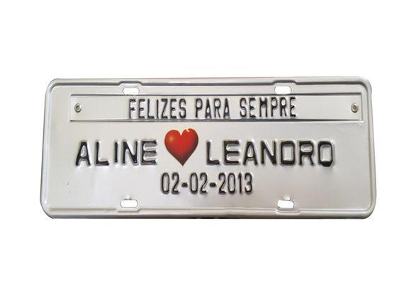Placa de carro personalizada feita em metal prensado com coração adesivado.
