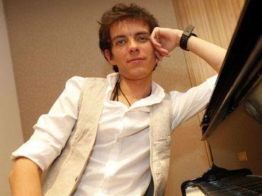 El hijo de Camilo Sesto prepara su disco homónimo, del que se desprende ''Perdóname'', tema de la telenovela ''Corazón indomable''