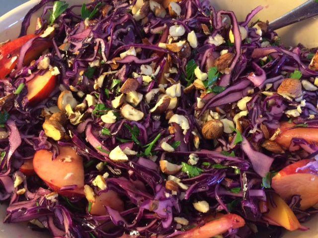 rødkålsalat med nektarin, hasselnødder og persille