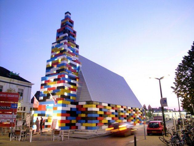 Conocida como la Iglesia Lego, el Abondatus Gigantus, es un pabellón social para conciertos, eventos y exposiciones, construido en Enschede, Holanda. Lo levantaron como una estructura temporal para el Festival Grenswerk, pero parece que de momento no hay planes para echarlo abajo.